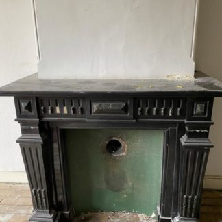 LEEN_Oude bouwmaterialen_Zwart marmeren schouw E57429