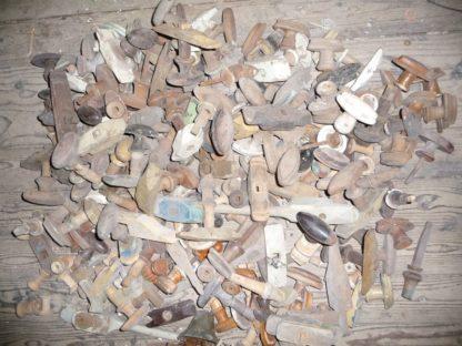 LEEN_Oude bouwmaterialen_Groot assortiment krukken en knoppen 200.10.101096