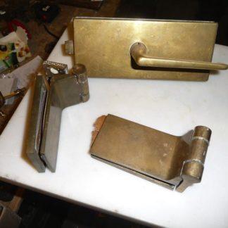 LEEN_Oude bouwmaterialen_Messing set scharnieren en deurkruk 200.90.100060